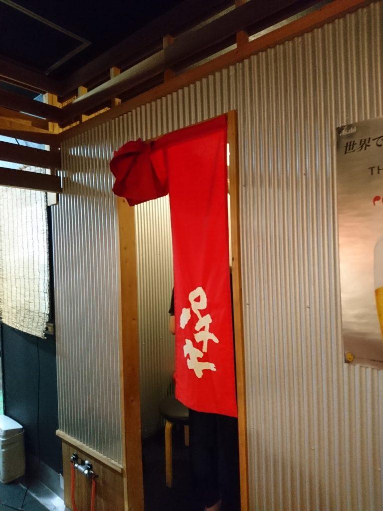 パチキ北名古屋店の店内にある赤いのれんの画像