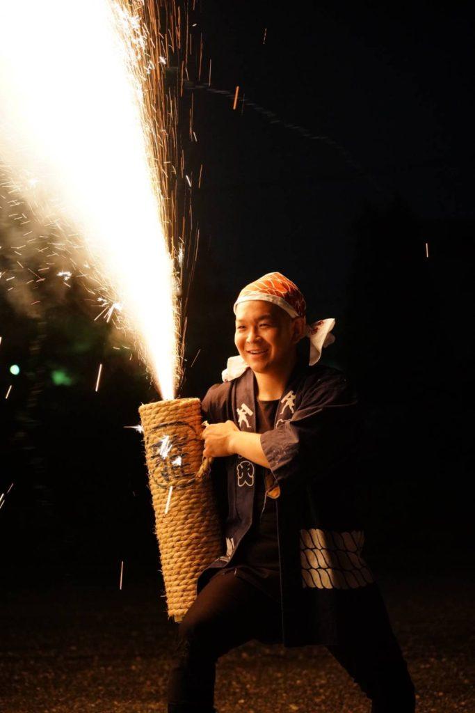 東郷町商工会青年部の手ぬぐいと手筒花火の画像。