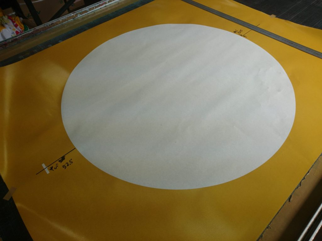 既製品の国旗、日の丸を染める製版作業の画像
