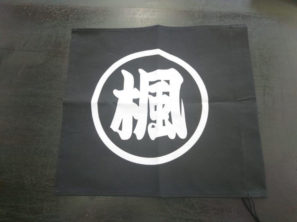 トラックに取り付ける旗の画像