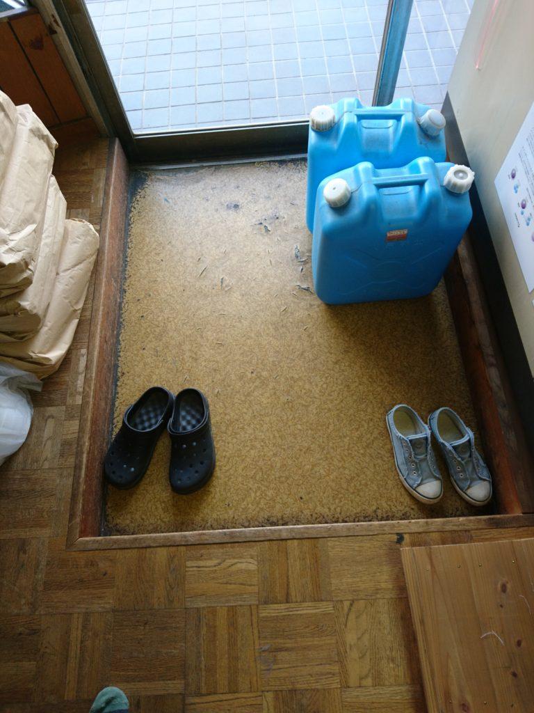 古くなった床を張り替える前