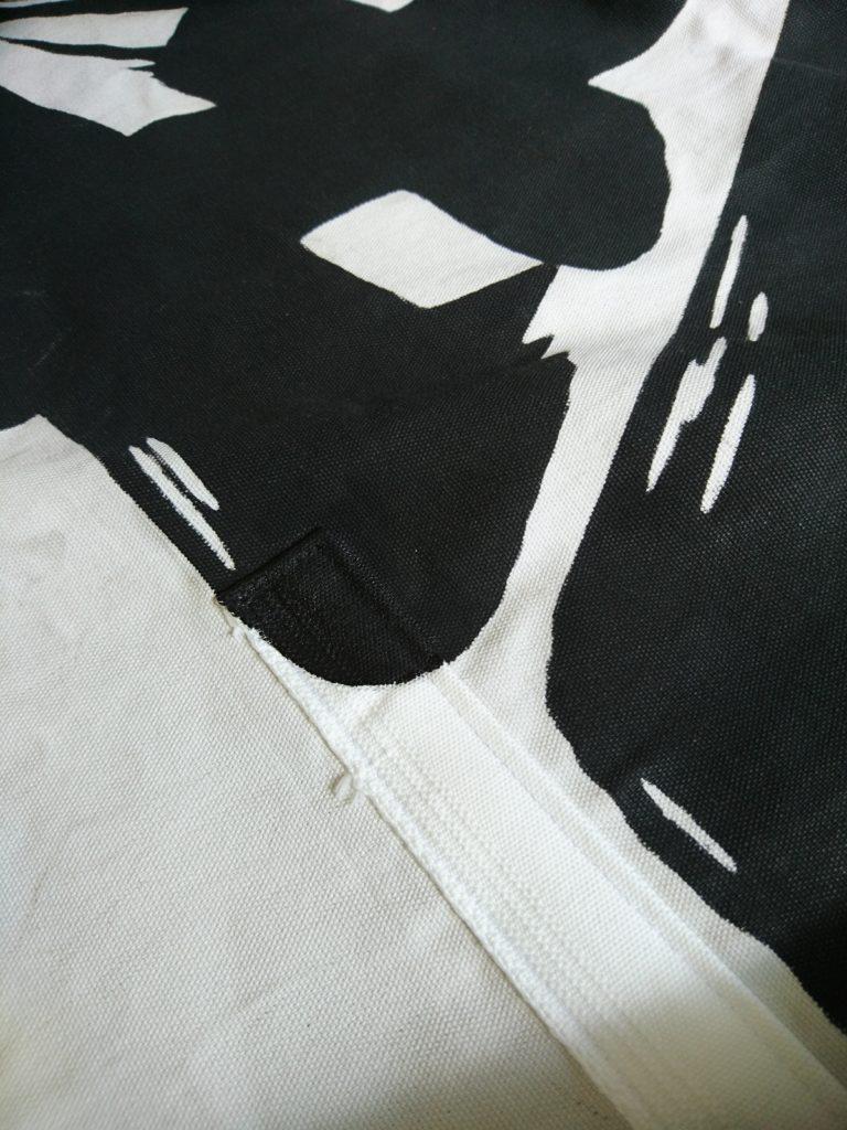 修理した幟を染め加工している画像