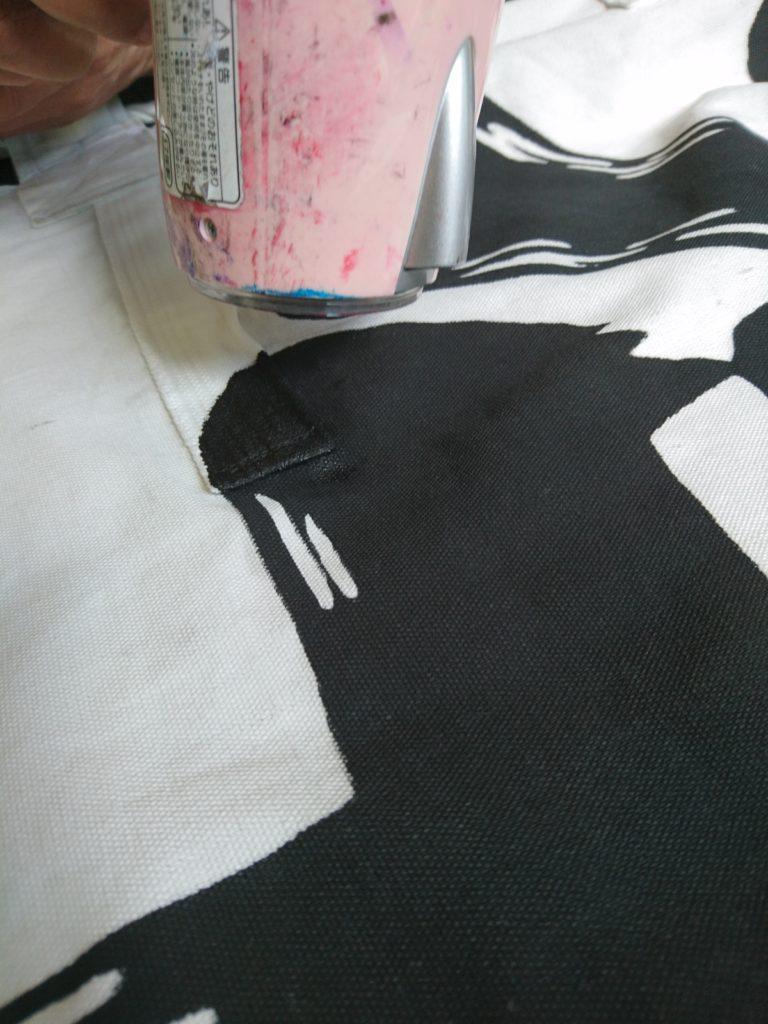 修理箇所を染め、乾燥させている画像