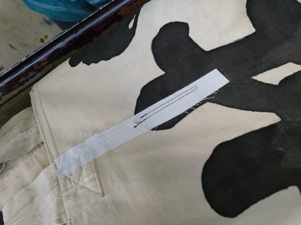 幟(のぼり)を修理してある画像