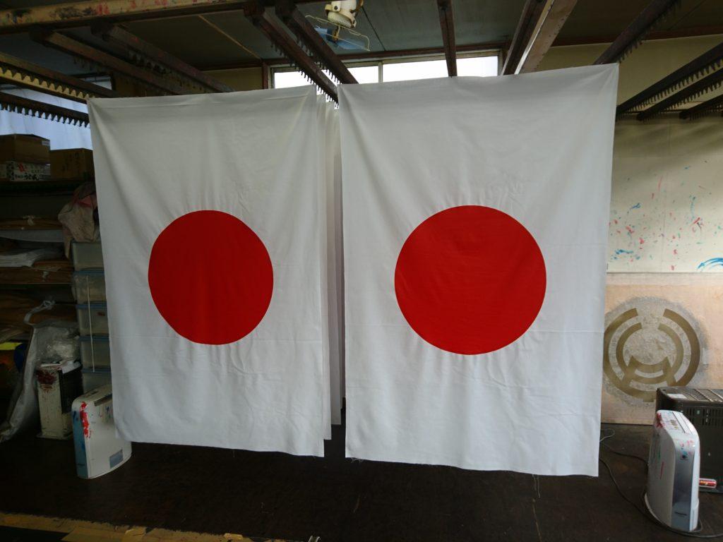 国旗を染めて乾燥させている画像