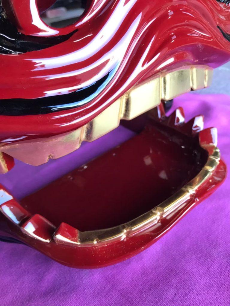 歯を金箔で張った獅子頭の画像